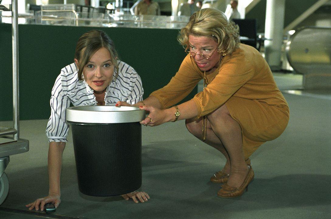 Nina (Stefanie Stappenbeck, l.) versteckt sich vor Dominik und täuscht ihrer Chefin (Karla Trippel, r.) ein schwangerschaftliches Unwohlsein vor. - Bildquelle: Sat.1
