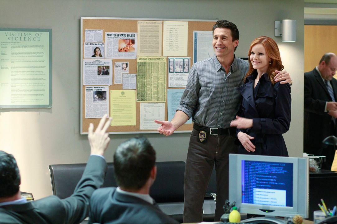 Während Gabrielle versucht herauszufinden, wer der Mann ist, der sie verfolgt, hinterfragt Bree (Marcia Cross, r.) das merkwürdige Verhalten ihres n... - Bildquelle: ABC Studios