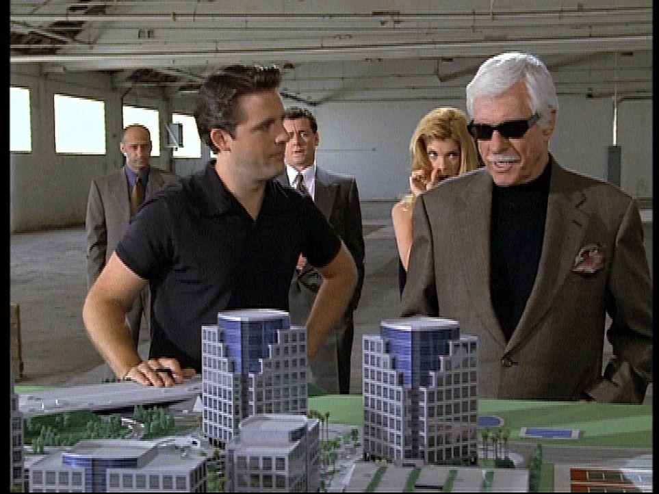 Der Gangsterboss Greg (Dick Van Dyke, r.), der Mark zum Verwechseln ähnlich sieht, betrachtet ein Bauprojekt, das ihm der Freund seiner Tochter, Ed... - Bildquelle: Viacom