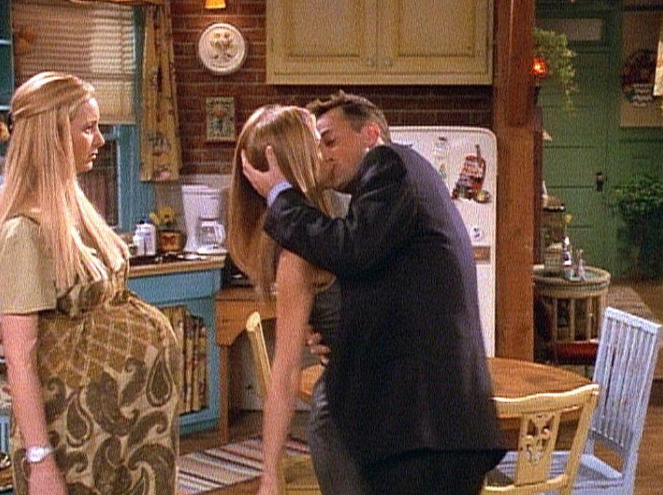 Phoebe (Lisa Kudrow, l.) und Rachel (Jennifer Aniston, M.) verstehen die Welt nicht mehr. Chandler (Matthew Perry, r.) verabschiedet sich in letzter... - Bildquelle: TM+  2000 WARNER BROS.