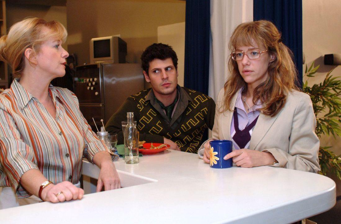 Helga (Ulrike Mai, l.) beobachtet, dass Lisa (Alexandra Neldel, r.) in Gegenwart von Rokko (Manuel Cortez, M.) befangen ist. (Dieses Foto von Alexan... - Bildquelle: Monika Schürle Sat.1