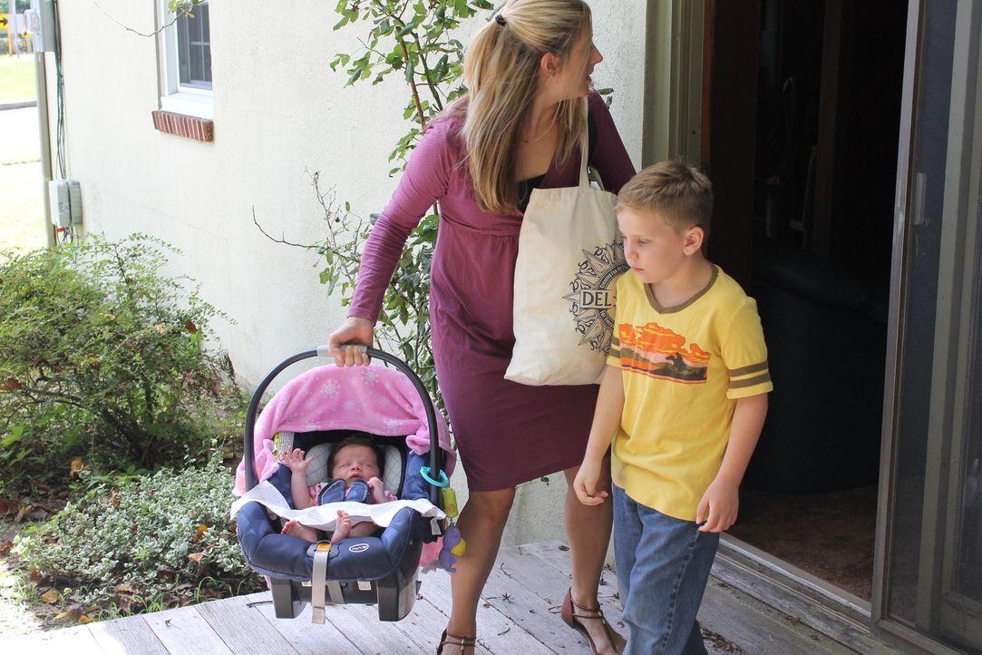 Als Deborah (M.) mit ihren Kindern die Flucht gelingt, ahnt sie bereits, dass ihr brutaler Ehemann sie nicht einfach ziehen lassen wird ... - Bildquelle: Atlas Media Corp.