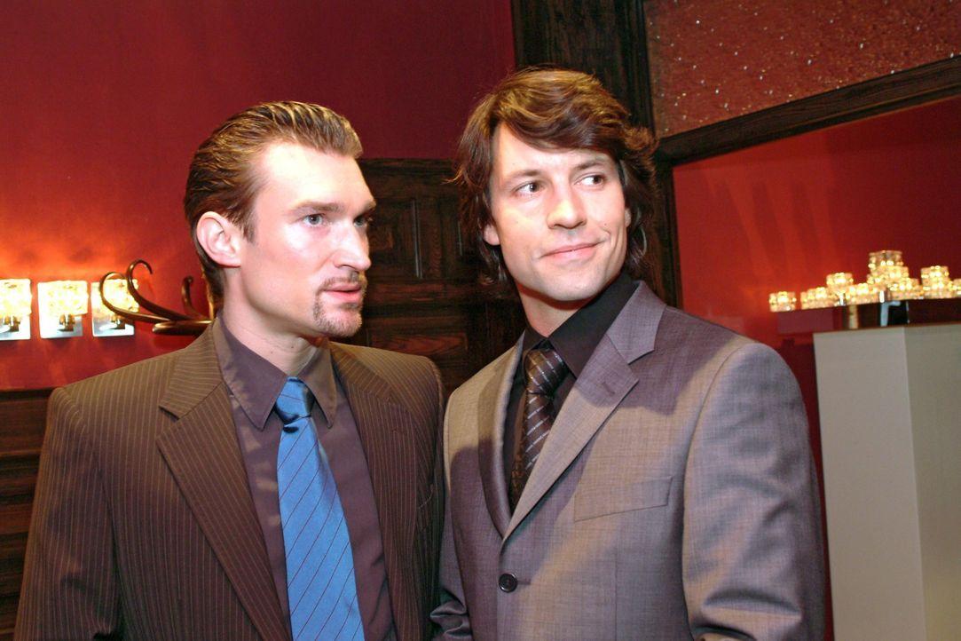 Richard (Karim Köster, l.) stellt Viktor (Roman Rossa, r.) als einen Geschäftspartner vor. - Bildquelle: Sat.1