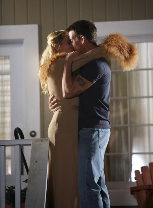 Mike (James Denton, r.) ist wieder Zuhause und genießt dies mit Edie (Nicolette Sheridan, l.) ... - Bildquelle: 2005 Touchstone Television  All Rights Reserved