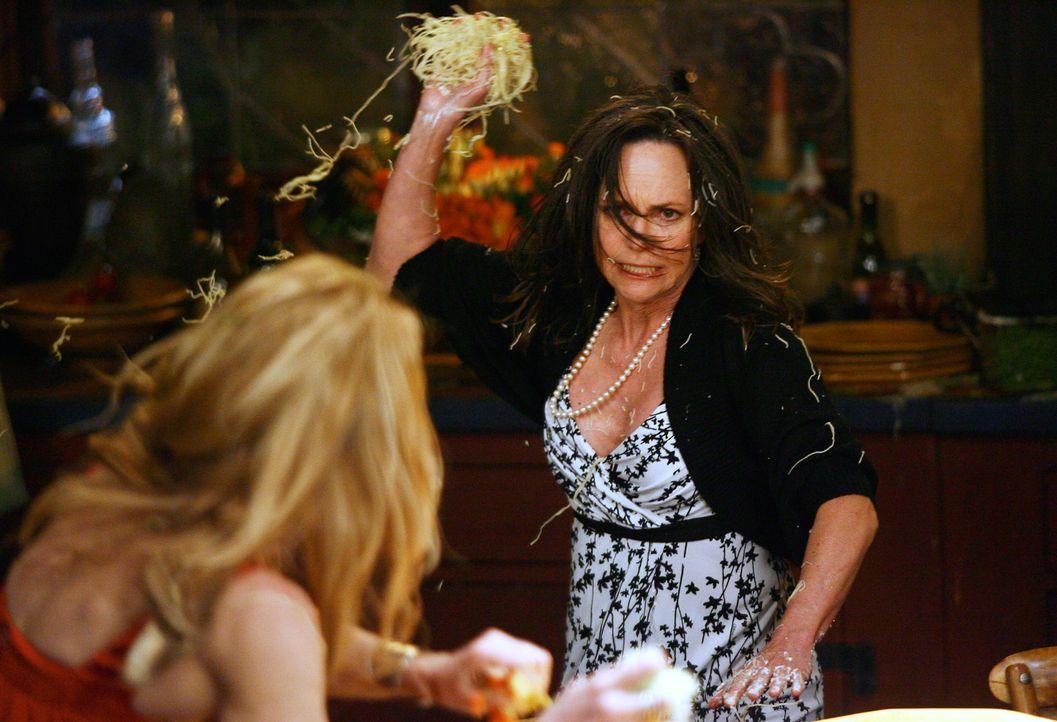 Rasend vor Wut schleudert Nora (Sally Field, r.) ihrer provokanten Widersacherin Holly (Patricia Wettig, l.) eine handvoll Nudeln ins Gesicht, da di... - Bildquelle: Disney - ABC International Television