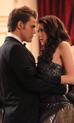 Stefan und Elena auf dem Ball der Mikaelsons - Bildquelle: Warner Bros. Entertainment Inc.