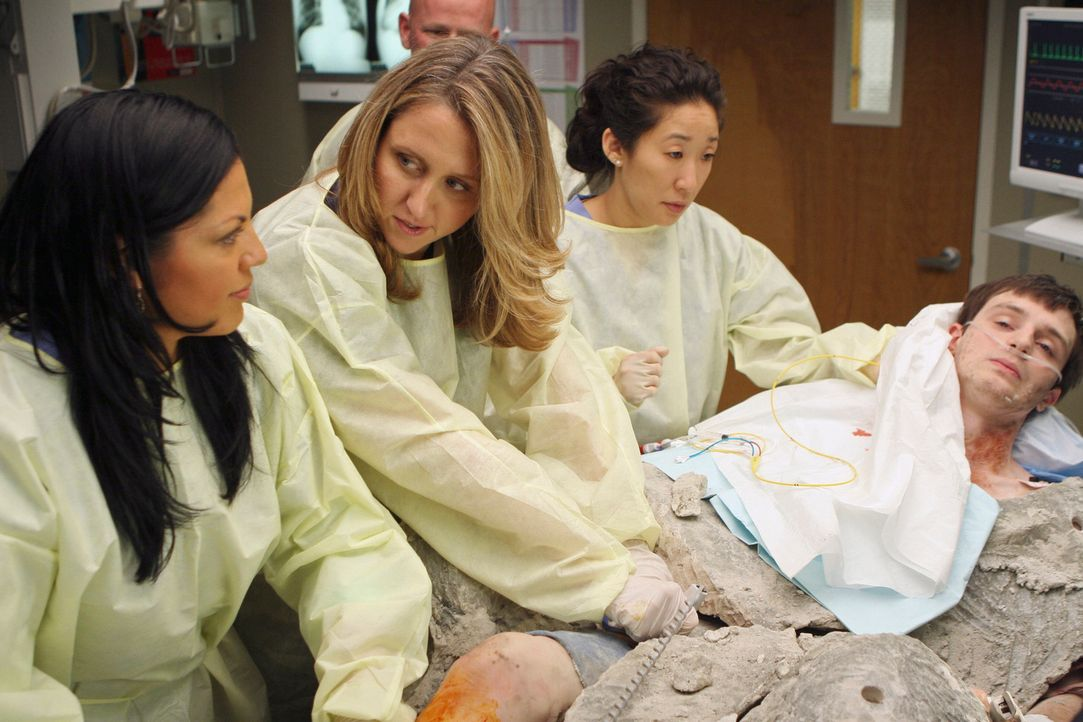 Callie (Sara Ramirez, l.), Erica (Brooke Smith, 2.v.l.) und Cristina (Sandra Oh, 2.v.r.), erwartet ein aufregender Fall: Ein Junge namens Andrew (Ja... - Bildquelle: Touchstone Television