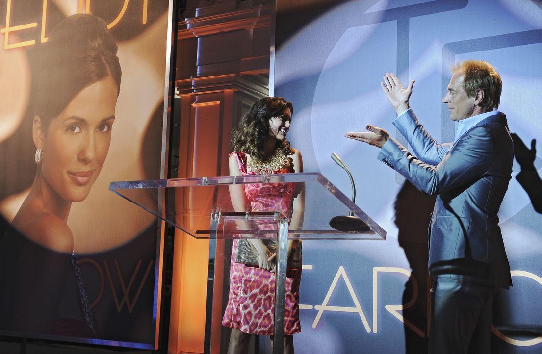 Der Modedesigner Teddy Farrow (Julian Sands, r.) stellt das neue Gesicht der Teddy Farrow Kollektion vor: Sierra (Torrey DeVitto, l.) - Bildquelle: ABC Studios