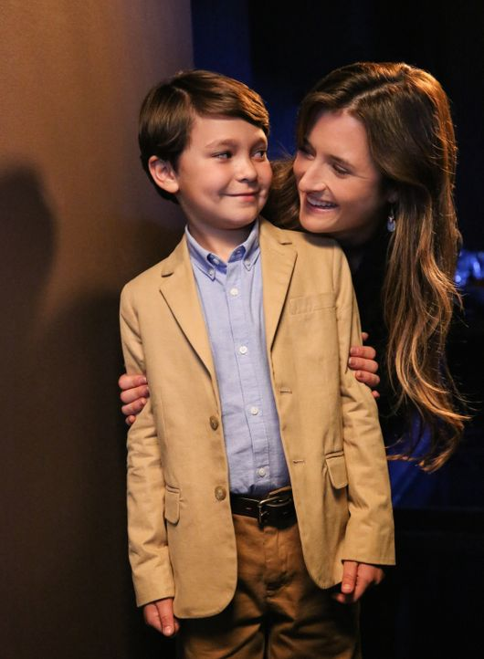 Johns Assistentin Julie (Grace Gummer, r.) kennt sich mit den künstlichen Kindern aus. Sie versteht sich mit Ethan (Pierce Gagnon, l.) ... - Bildquelle: Robert Voets 2014 CBS Broadcasting, Inc. All Rights Reserved