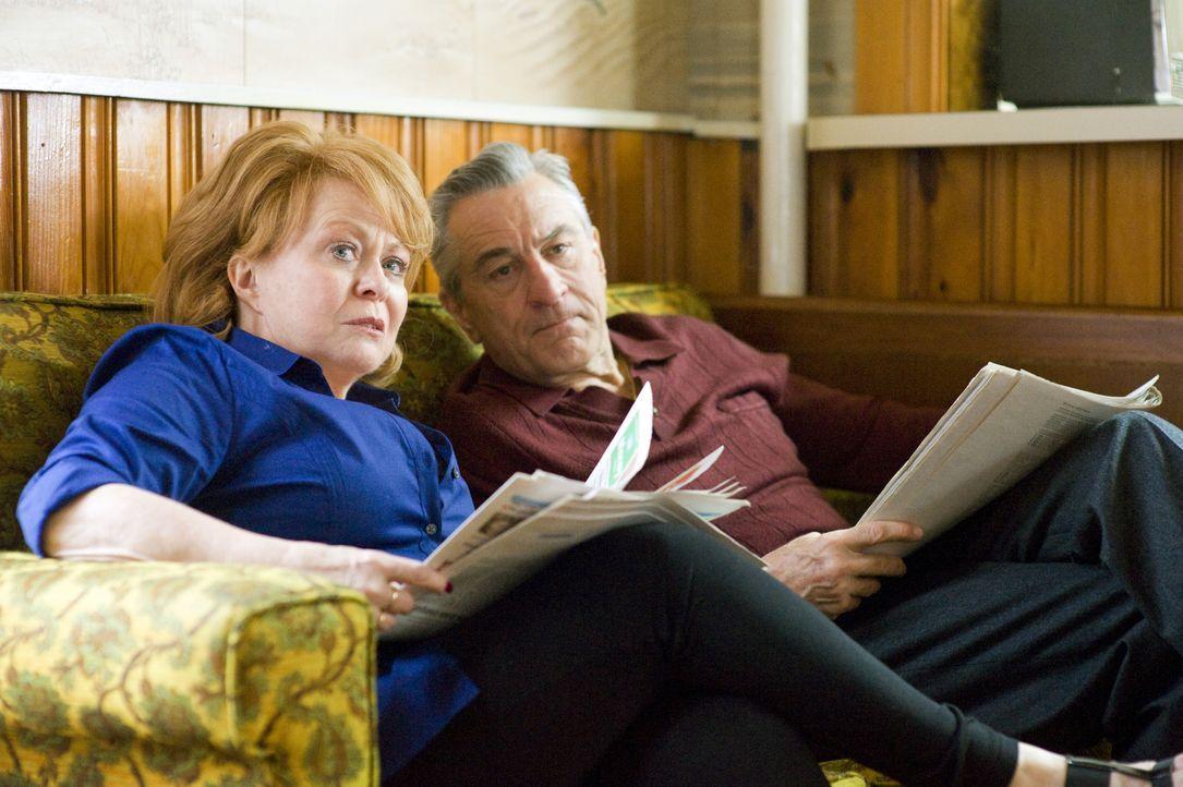Pats Mutter Dolores (Jacki Weaver, l.) und sein Vater Pat Sr. (Robert De Niro, r.) hoffen, dass ihr Sohn sich schon bald wieder im Leben zurechtfind... - Bildquelle: 2012 The Weinstein Company.