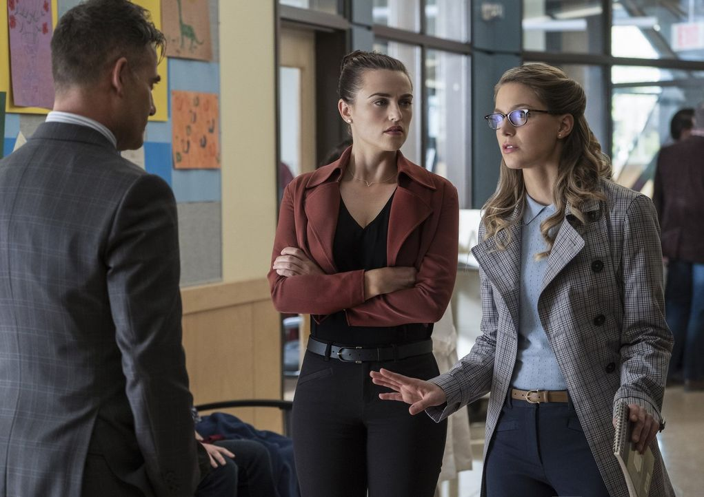Kann Kara (Melissa Benoist, r.) vermitteln, als Morgan Edge (Adrian Pasdar, l.) Lena (Katie McGrath, M.) beschuldigt, Schuld an der Erkrankung mehre... - Bildquelle: 2017 Warner Bros.
