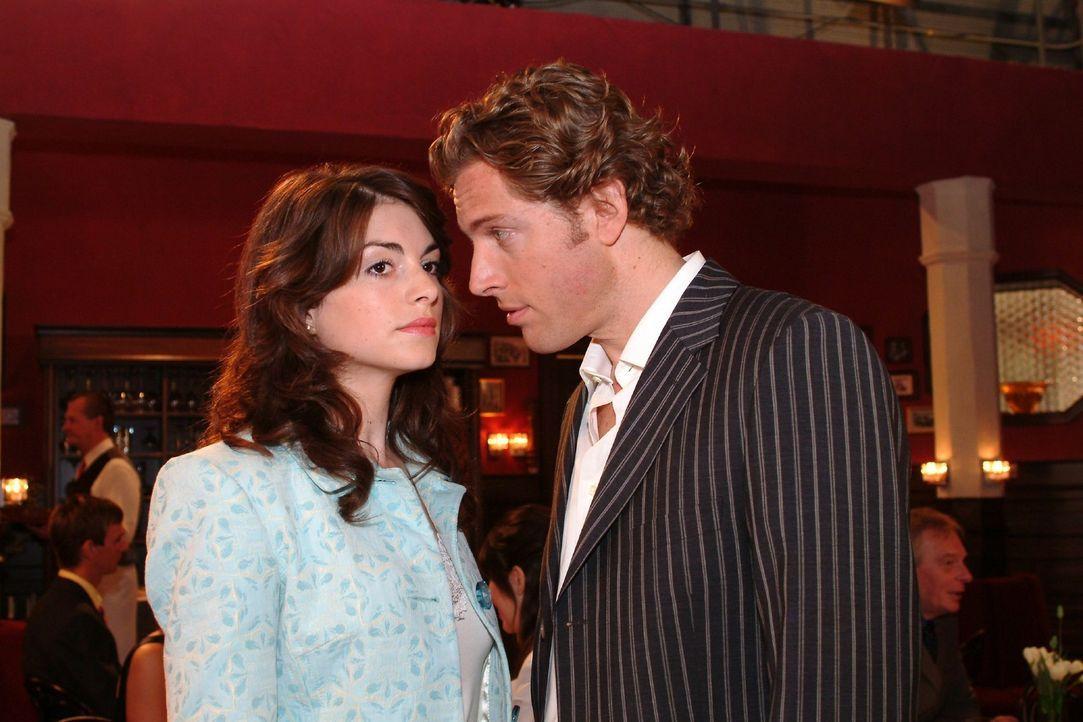 Mariella (Bianca Hein, l.) bekommt von Lars (Clayton M. Nemrow, r.) eine Abfuhr. - Bildquelle: Sat.1
