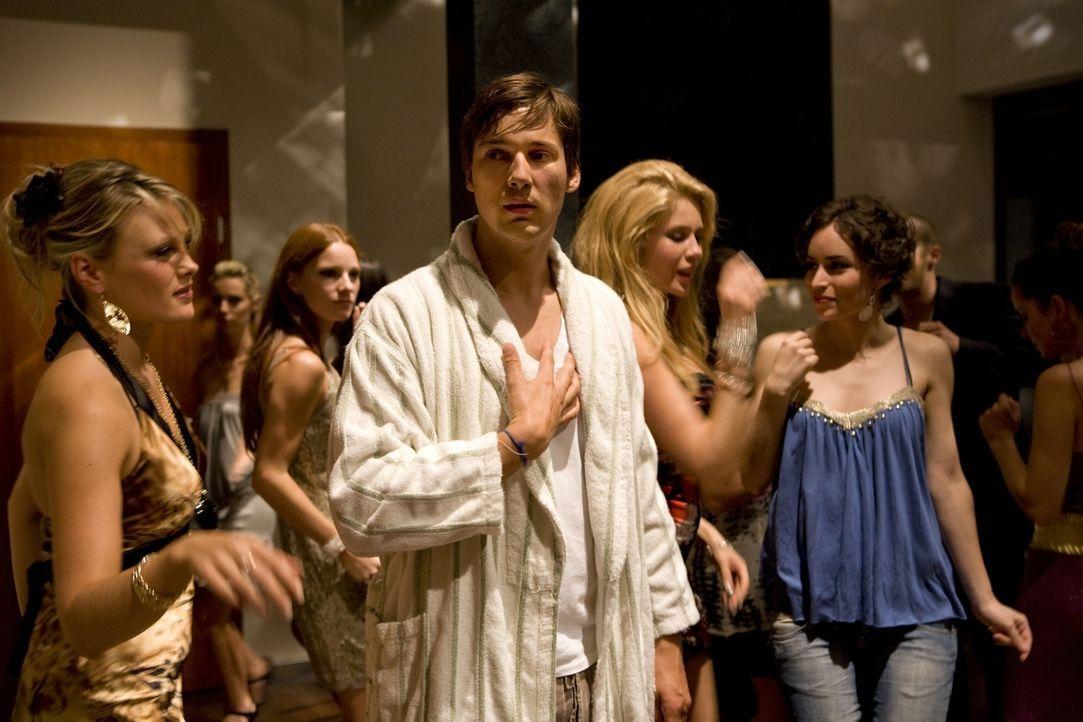 Während Werbeexperte Niklas (Florian David Fitz, M.), der kurz vor der Hochzeit steht, kalte Füße bekommt, ist der schüchterne Dauersingle Günther n... - Bildquelle: Warner Brothers