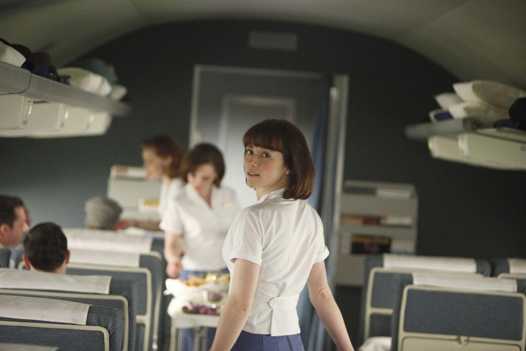 An Bord des Flugzeuges erfährt Colette Valois (Karine Vanasse, r.) ein Geheimnis ... - Bildquelle: 2011 Sony Pictures Television Inc.  All Rights Reserved.