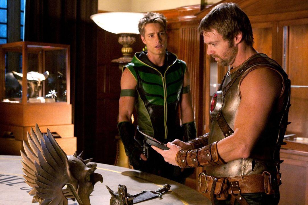 Um die Justice Society zum Kampf zu bringen, muss Oliver (Justin Hartley, l.) mächtig Überzeugungsarbeit bei Hawkman (Michael Shanks, r.) anwenden .... - Bildquelle: Warner Bros.