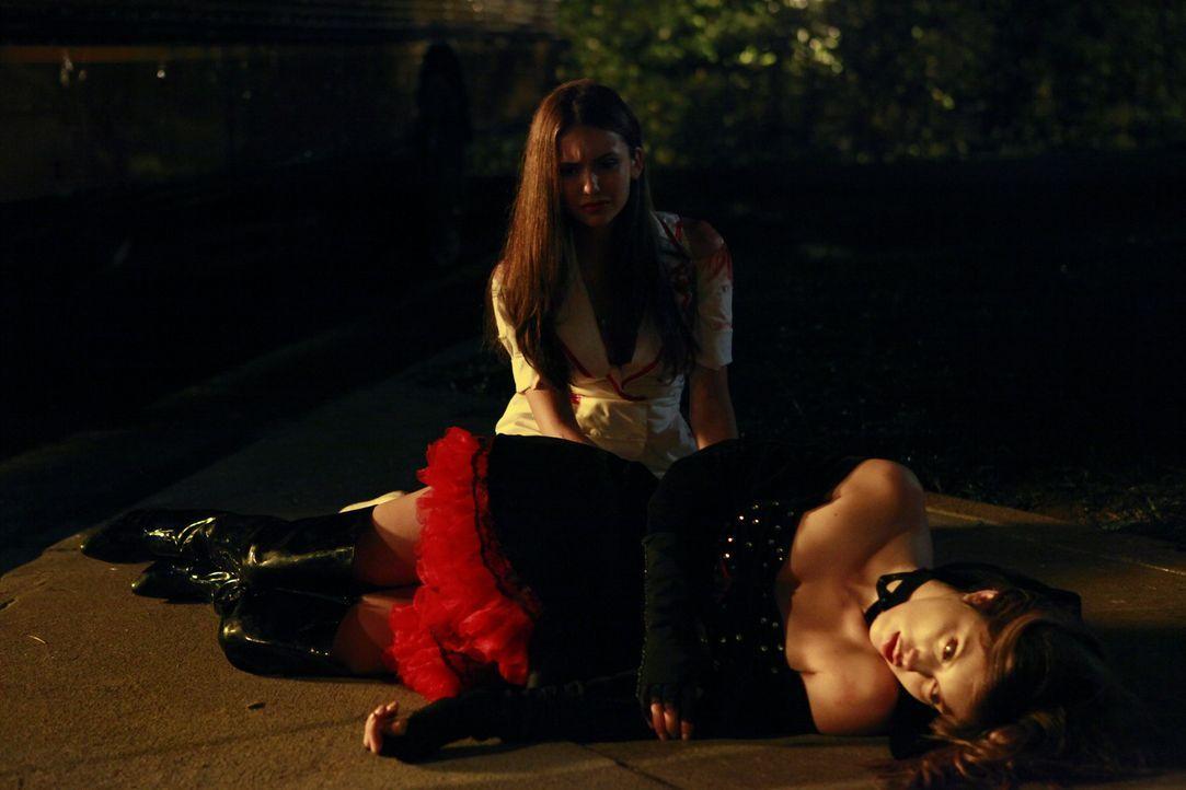 Elena (Nina Dobrev, hinten) kann nichts mehr für Vicki (Kayla Ewell, liegend) tun, nachdem Stefan ihr einen Holzpflock ins Herz gejagt hat. - Bildquelle: Warner Brothers