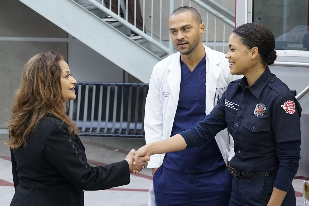 (v.l.n.r.) Dr. Catherine Fox (Debbie Allen); Dr. Jackson Avery (Jesse Williams); Victoria Hughes (Barrett Doss) - Bildquelle: Kelsey McNeal 2019 American Broadcasting Companies, Inc. All rights reserved. / Kelsey McNeal