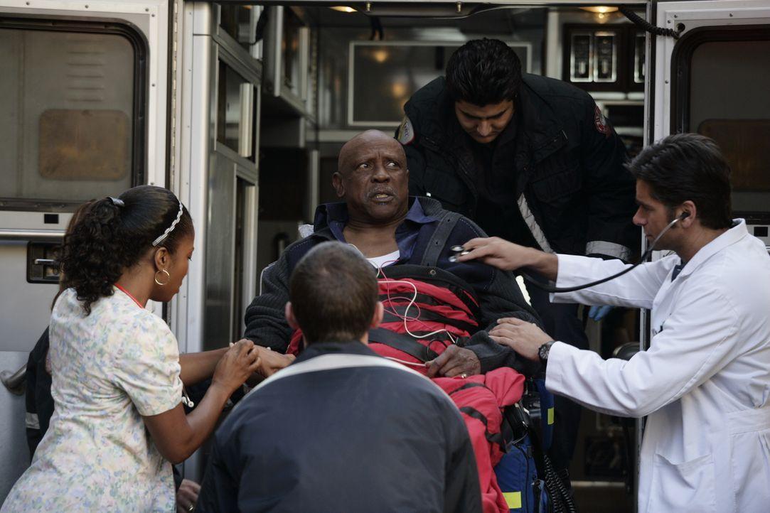 Ein Notfallpatient wird ins County eingeliefert: Dr. Tony Gates (John Stamos, r.) kümmert sich um Leo Malcolm (Louis Gossett, Jr., M.) ... - Bildquelle: Warner Bros. Television