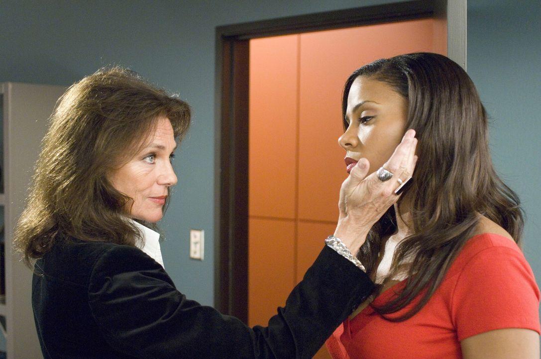 Michelle (Sanaa Lathan, r.) bekommt unerwartet Besuch von James (Jacqueline Bisset, l.) ... - Bildquelle: TM and   2004 Warner Bros. Entertainment Inc. All Rights Reserved.