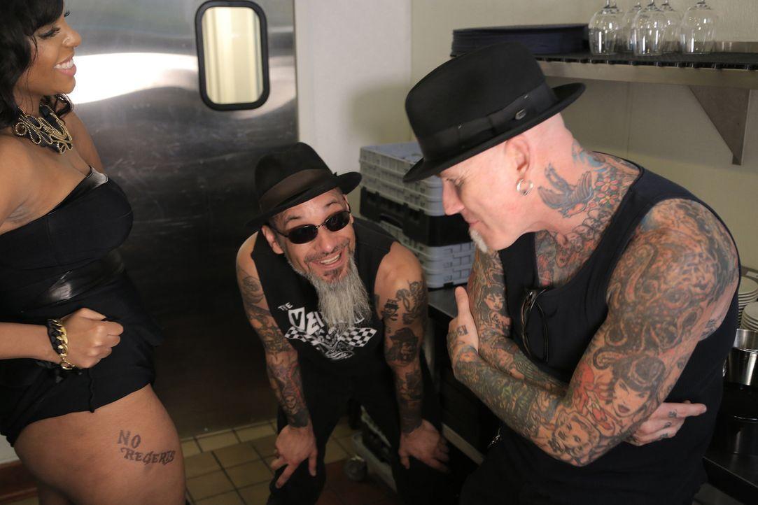 Nachdem sich Kelly (l.) von ihrem Freund getrennt hat, hat sie sich spontan ein Tattoo stechen lassen, doch dem Tätowierer ist beim Motiv ein kleine... - Bildquelle: 2013 A+E Networks, LLC