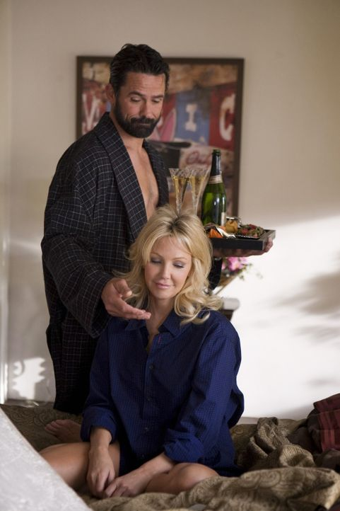 Amanda (Heater Locklear, r.) ist zwar von vielen gefürchtet, bei Männern wie Ben (Billy Campbell, l.) aber hoch begehrt... - Bildquelle: 2009 The CW Network, LLC. All rights reserved.