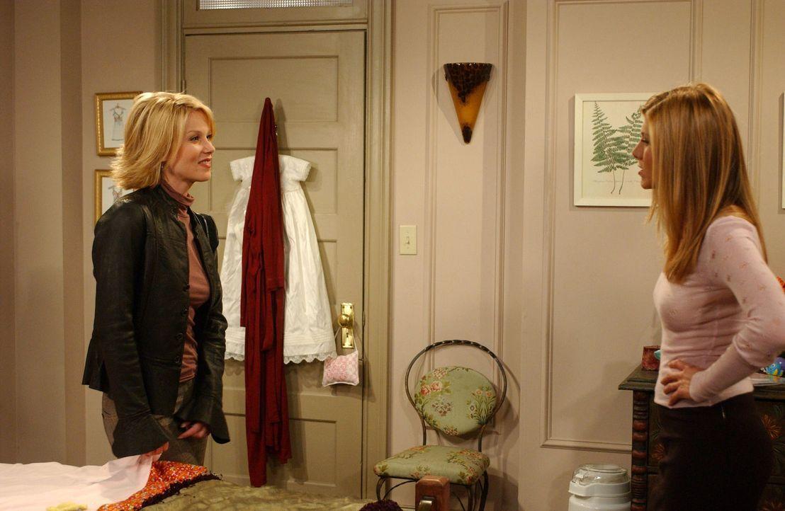 Ross kann nicht verstehen, warum Rachel (Jennifer Aniston, r.) Amy (Christina Applegate, l.) gebeten hat, auf Emma aufzupassen ... - Bildquelle: 2003 Warner Brothers International Television