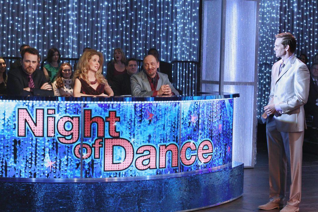 Max Renfro (Tim Ransom, l.), Pam Francis (Lauralee Bell, 2.v.l.) und Pierre Dubois (Braeden Marcott, 2.v.r.) sitzen in der Jury der beliebten Tanzsh... - Bildquelle: ABC Studios
