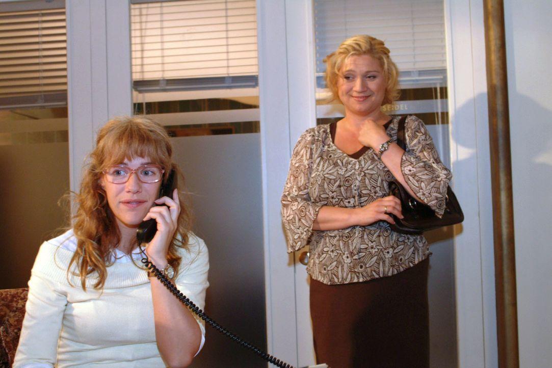 Als Lisa (Alexandra Neldel, l.) versucht Agnes (Susanne Szell, r.) anzurufen, um sie zurückzuholen, steht die schon hinter ihr: David hat ihr bereit... - Bildquelle: Monika Schürle SAT.1 / Monika Schürle
