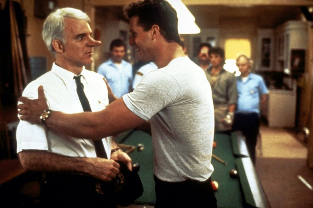 C. D. Bales (Steve Martin, vorne l.) ist rasend eifersüchtig auf den gutaussehenden Chris (Rick Rossovich, vorne r.) ... - Bildquelle: Copyright   1987 Columbia Pictures Industries, Inc. All Rights Reserved.