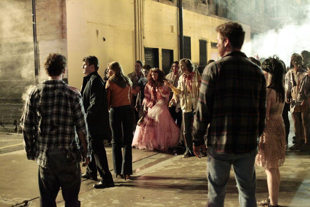 "Können Castle (Nathan Fillion, 2.v.l.) und Beckett (Stana Katic, 3.v.l.) den ""Zombies"" entkommen? - Bildquelle: 2012 American Broadcasting Companies, Inc. All rights reserved."