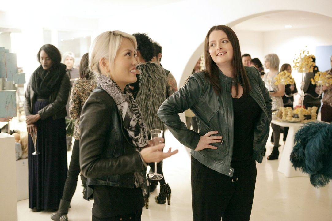 Marika (Lauren Ash, r.) ist überaus glücklich, als Ruby sie nach einem Date fragt, doch als sie den wahren Grund des Dates erfährt, ist sie fassungs... - Bildquelle: Warner Brothers