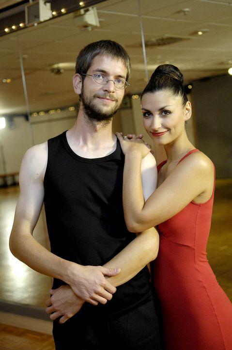 Um eine Frau für sich zu gewinnen, erhält Otmar (l.) Tanzunterricht von Model Christina Maria Stefanescu (r.) ... - Bildquelle: ProSieben