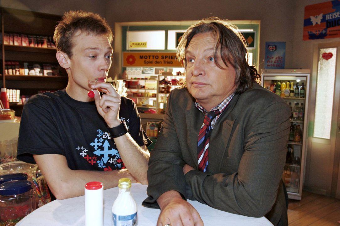 Bernd (Volker Herold, r.) schüttet sein Herz bei Jürgen (Oliver Bokern, l.) aus. Er kann es einfach nicht fassen, dass Helga ihren Hochzeitstag ve... - Bildquelle: Noreen Flynn Sat.1