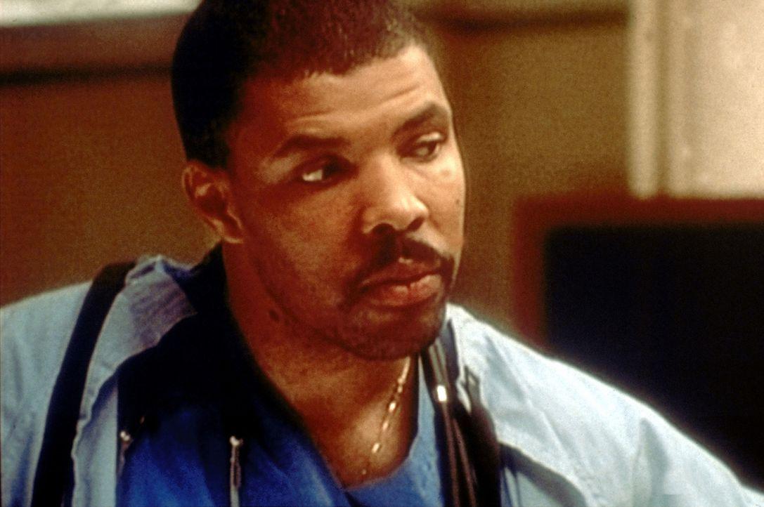 Benton (Eric LaSalle) hat Vucelichs Team verlassen. Jetzt versucht er, sich über die Folgen klar zu werden. - Bildquelle: TM+  2000 WARNER BROS.