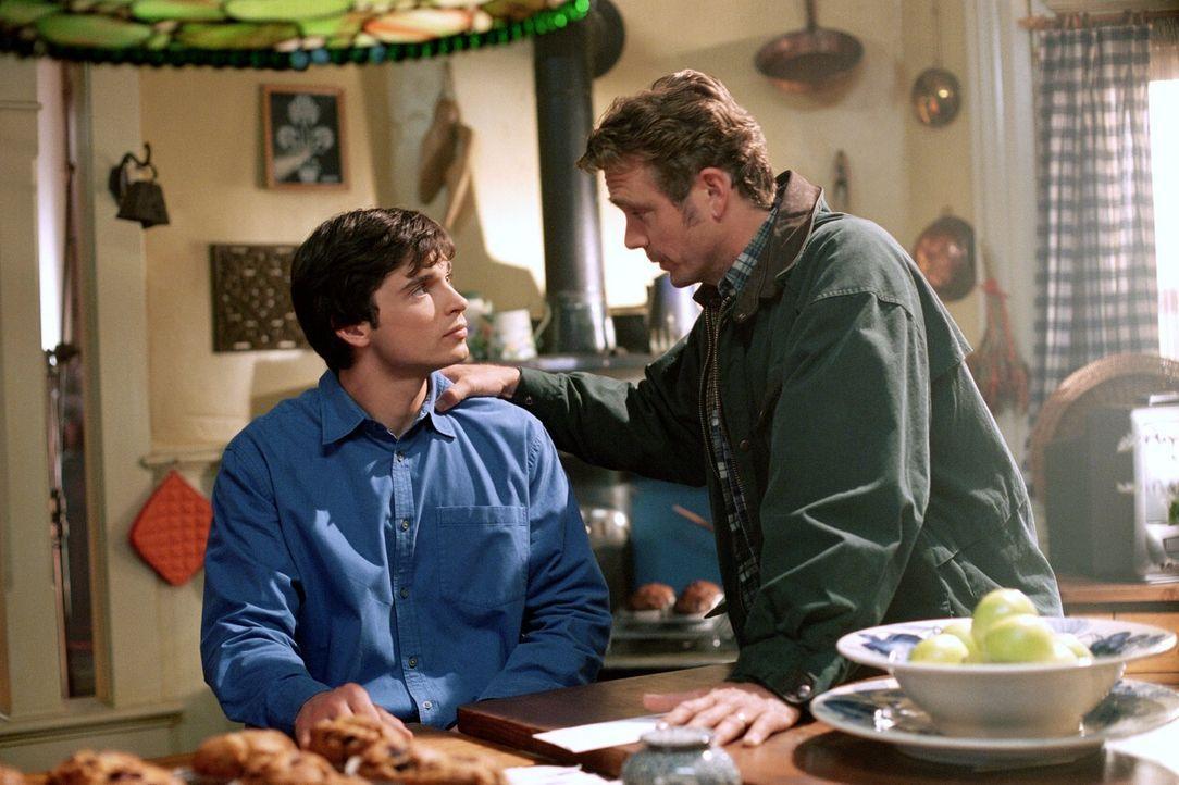 Clark (Tom Welling, l.) weiß, dass er sich immer auf seinen Vater Jonathan (John Schneider, r.) verlassen kann ... - Bildquelle: Warner Bros.