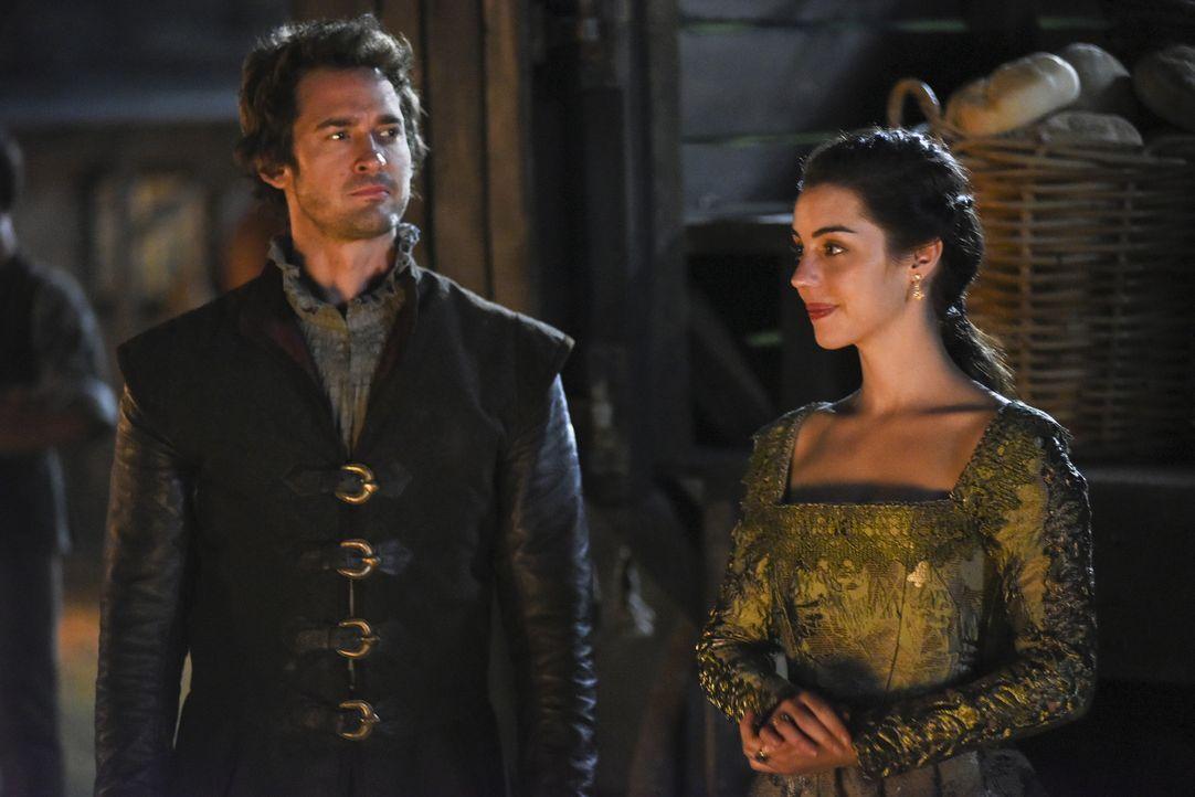 Königin Mary (Adelaide Kane, r.) wurde überraschend von Lord Darnley (Will Kemp, l.) aufgesucht und erkennt nun die Vorteile einer Ehe mit ihm. Kann... - Bildquelle: John Medland John Medland/The CW -   2017 The CW Network, LLC. All Rights Reserved.