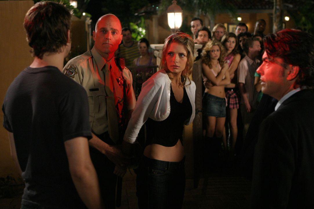 Um Marissa (Mischa Barton, 2.v.r.) zu schützen, nimmt Trey (Logan Marshall-Green, l.) die ganze Schuld auf sich ... - Bildquelle: Warner Bros. Television