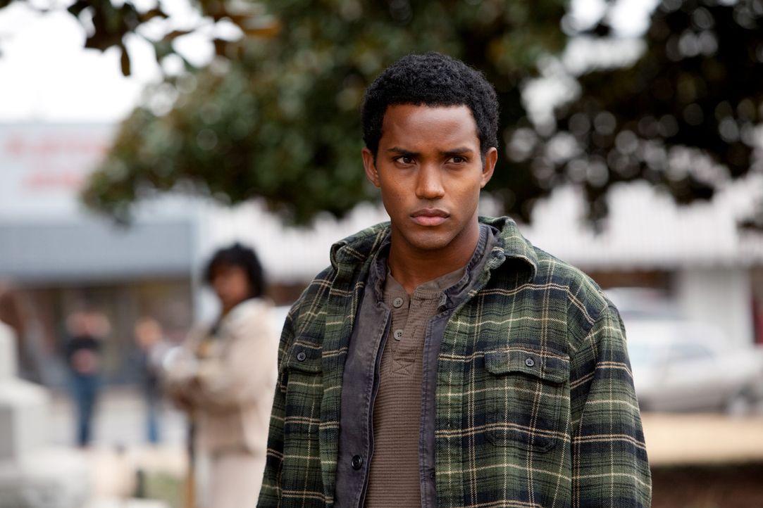 Harper (Sterling Sulieman) ist desorientiert und verwirrt als er, nach jahrelanger Gefangenschaft in der Gruft, wieder Tageslicht sieht ... - Bildquelle: Warner Bros. Television