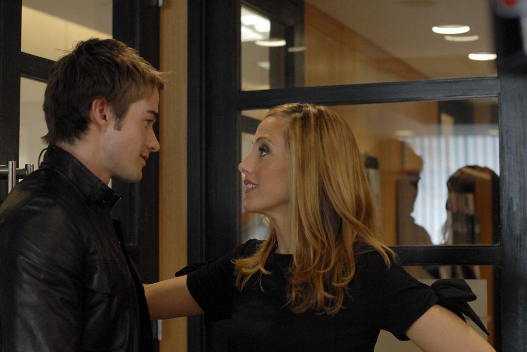 Nico (Kim Raver, r.) kann ihre Finger nicht von Model Kirby (Robert Buckley, l.) lassen, obwohl sie doch eigentlich glücklich verheiratet ist ... - Bildquelle: 2004 NBC, Inc.