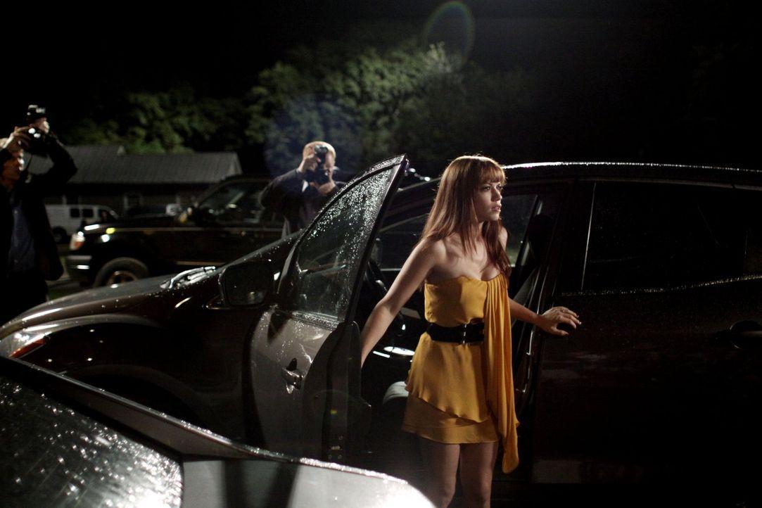 Die Presse wartet auf eine Stellungnahme von Haley (Bethany Joy Galeotti) und Nathan, doch dann kommt es ganz anders als geplant ... - Bildquelle: Warner Bros. Pictures