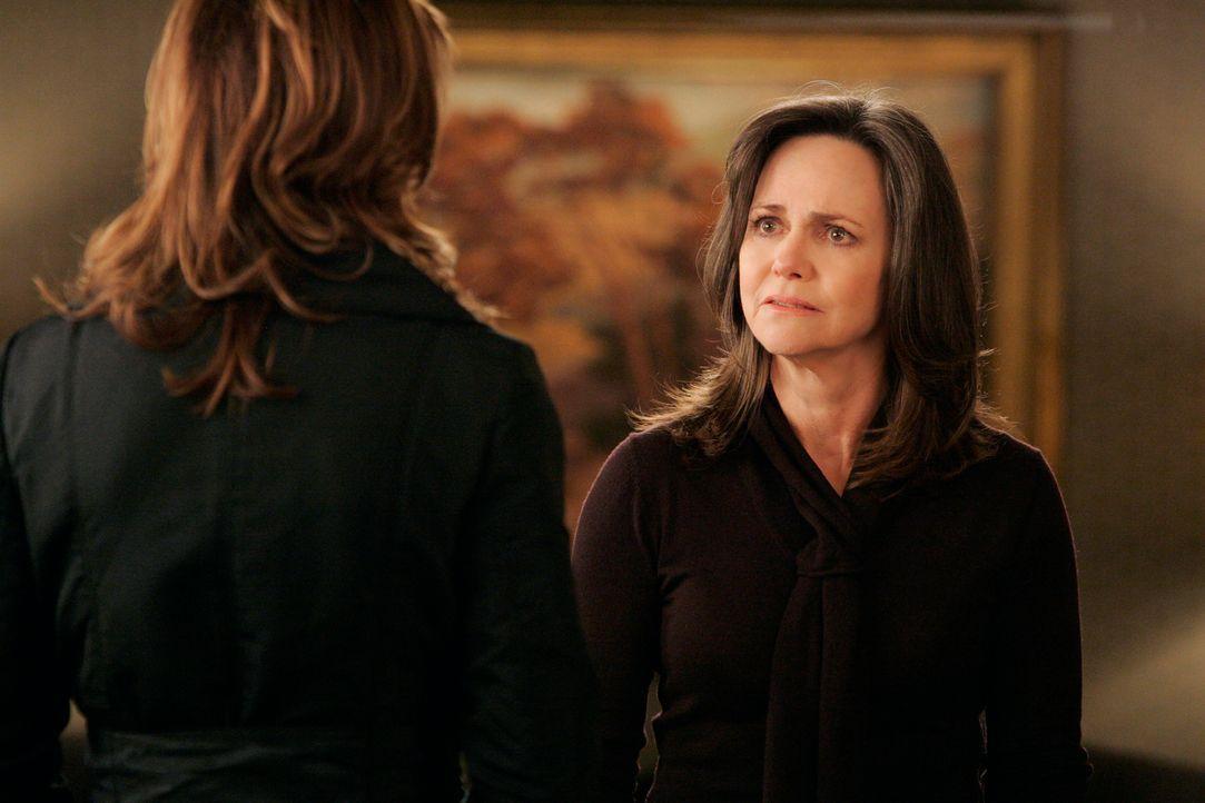 Schock: Nora (Sally Field, r.) fühlt sich von Sarah (Rachel Griffiths, l.) und ihren anderen Kindern betrogen ... - Bildquelle: Disney - ABC International Television