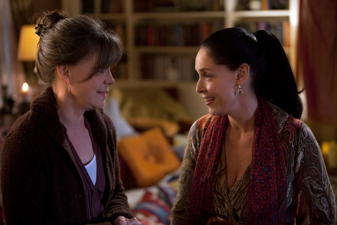 Hat Nora (Sally Field, l.) einen Rat für Gabriela (Sonia Braga, r.), die Mutter von Luc? - Bildquelle: 2010 American Broadcasting Companies, Inc. All rights reserved.