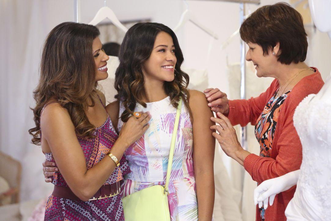 Auf der Suche nach dem perfekten Brautkleid: Jane (Gina Rodriguez, M.), Xiomara (Andrea Navedo, l.) und Alba (Ivonne Coll, r.) ... - Bildquelle: 2014 The CW Network, LLC. All rights reserved.