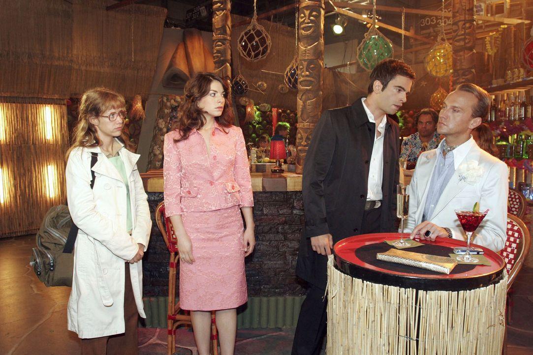 Lisa (Alexandra Neldel, l.) und Mariella (Bianca Hein, 2.v.l.) können nicht verhindern, dass David (Mathis Künzler, 2.v.r.) Hugo (Hubertus Regout,... - Bildquelle: Sat.1