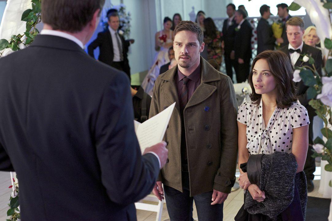 Geben sich Catherine (Kristin Kreuk, r.) und Vincent (Jay Ryan, l.) endlich das Ja-Wort? - Bildquelle: Ben Mark Holzberg 2015 The CW Network, LLC. All rights reserved.