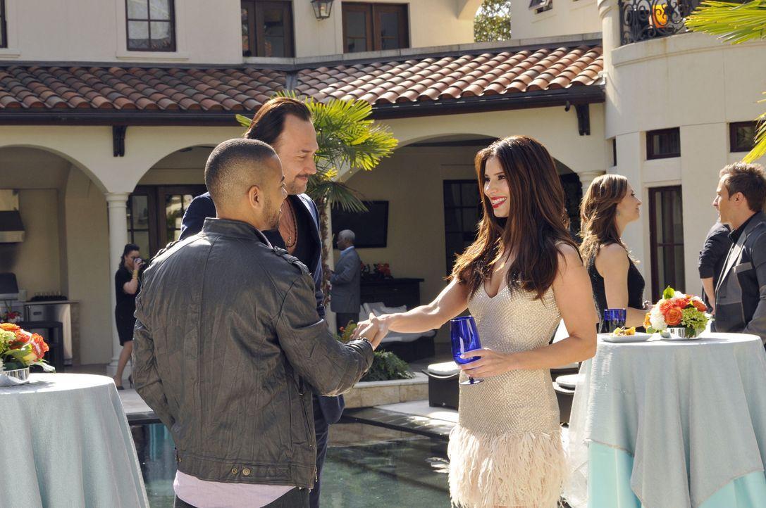 Auf der Party von Alejandro trifft Carmen (Roselyn Sanchez, r.) auf Benny Soto (Carlos Leal, M.) und Bobby D. (Brad James, l.) und hofft dabei, endl... - Bildquelle: ABC Studios