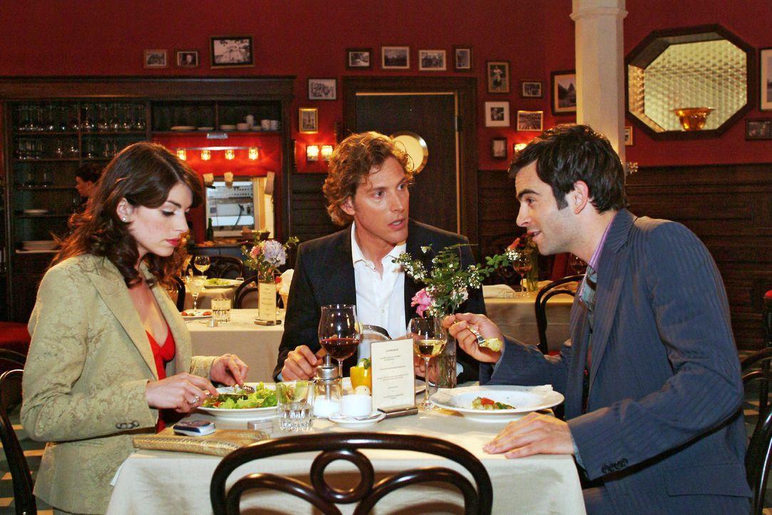 Mariella (Bianca Hein, l.) muss mit Lars (Clayton M. Nemrow, M.) und David (Mathis Künzler, r.) an einem Tisch sitzen - eine äußerst prekäre Situati... - Bildquelle: Monika Schürle SAT.1 / Monika Schürle