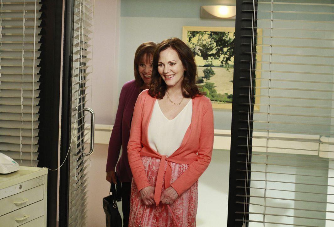 Während Susan ungeladenen Besuch von ihrer Mutter Sophie (Lesley Ann Warren, r.) und ihrer Tante Claire (Valerie Harper, l.) bekommt, nimmt Lynette... - Bildquelle: ABC Studios