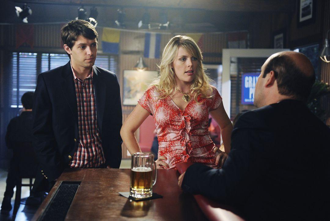 Laurie (Busy Philipps, M.) beschwert sich bei Andy (Ian Gomez, r.) darüber, wie er sie vor Smith' (Ryan Devlin, l.) Vater beschrieben hat. Ist sie... - Bildquelle: 2009 ABC INC.