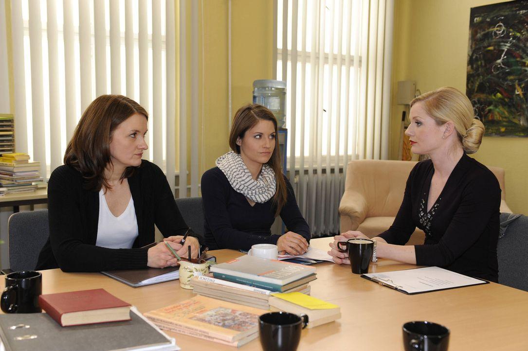 Was ist bei Gabriele (Marie Schneider, l.), Bea (Vanessa Jung, M.) und Helena (Kim-Sarah Brandts, r.) los? - Bildquelle: SAT.1